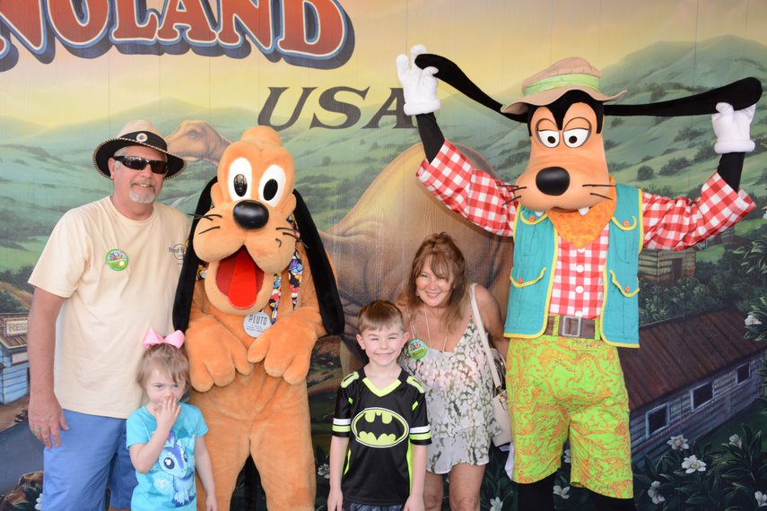 Visiting with Pluto and Goofy!#VacationLife via @Vistana